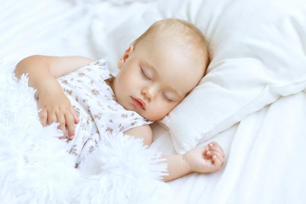 Портрет милой спящей девочки в постели