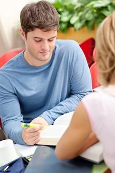 Портрет милого студента, работающего со своим другом