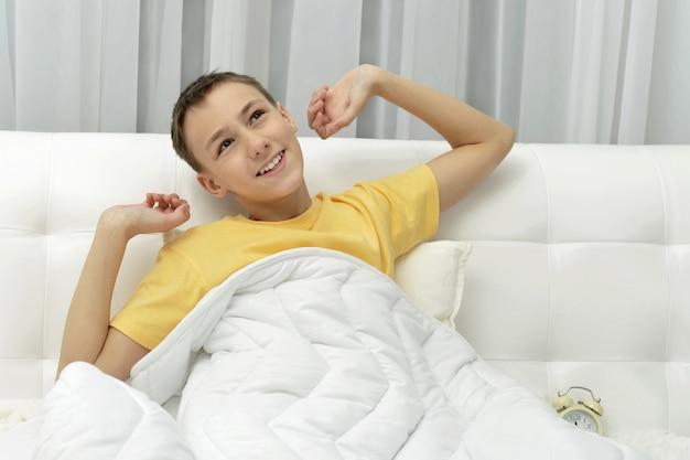 かわいい目を覚ます男の子の肖像画