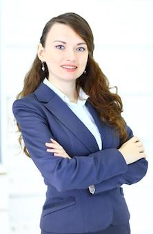 オフィス環境で微笑むかわいい若い実業家のポートレート