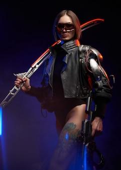 어깨에 칼을 꽂고 어두운 배경에서 소총을 든 사이버 여성의 초상화. 검은색 재킷을 입은 선글라스를 쓴 세련되고 위험한 여군.