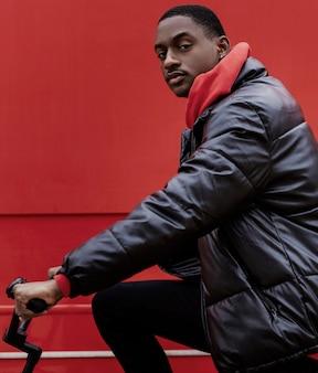 彼の自転車に乗っているサイクリストの男の肖像画