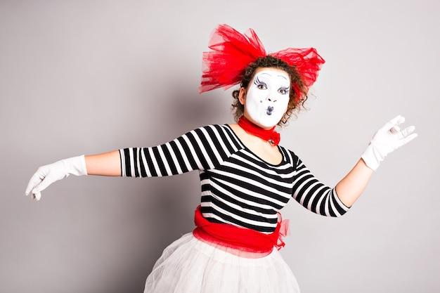 Портрет танцующей женщины мима, концепция апрельского дня дураков