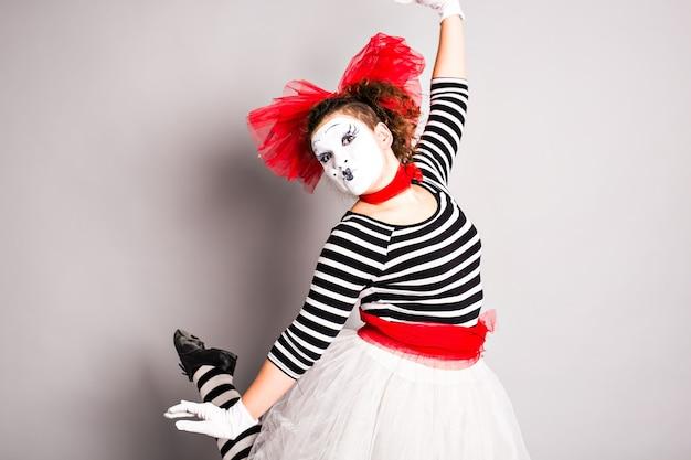 Портрет танцующей мим женщины, апрельский день дураков