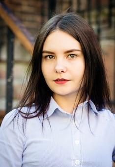 Портрет темноволосой девушки с длинными волосами