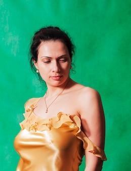노란색 잠옷에 darkhaired 여자의 초상화