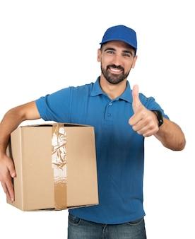 白い背景の上の段ボール箱を保持している配達人の肖像画