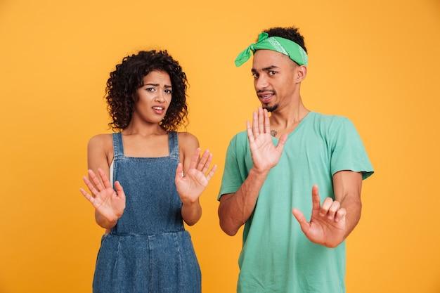 Портрет отвращения молодая африканская пара