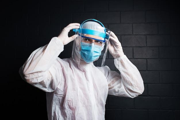 코로나 바이러스 및 covid-19에 대한 ppe 정장을 입고 의사의 초상화