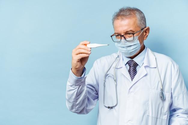 温度計を持つ医師の肖像画