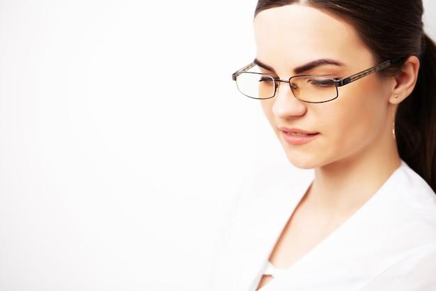 眼鏡と白い医療用ガウンを持った医師の肖像画。