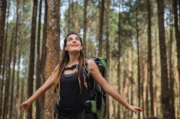 Портрет боится молодой женщины на открытом воздухе