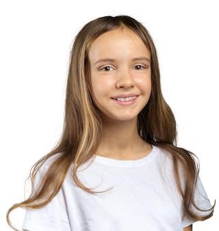 감정적 인 아름 다운 작은 소녀의 초상화입니다. 흰색에 격리.