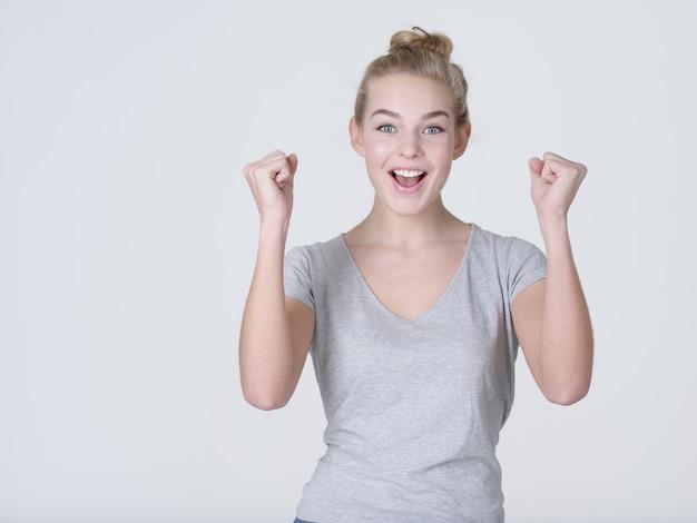 Портрет возбужденной женщины с положительными эмоциями - на белом фоне