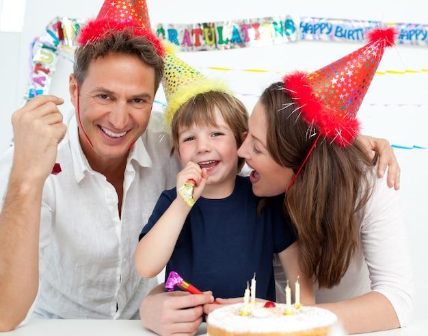 어린 소년의 생일을 축하하는 가족의 초상