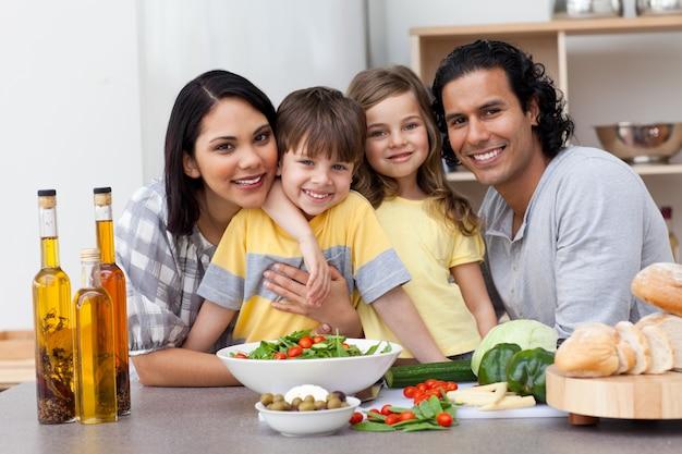 キッチンにある家族の肖像