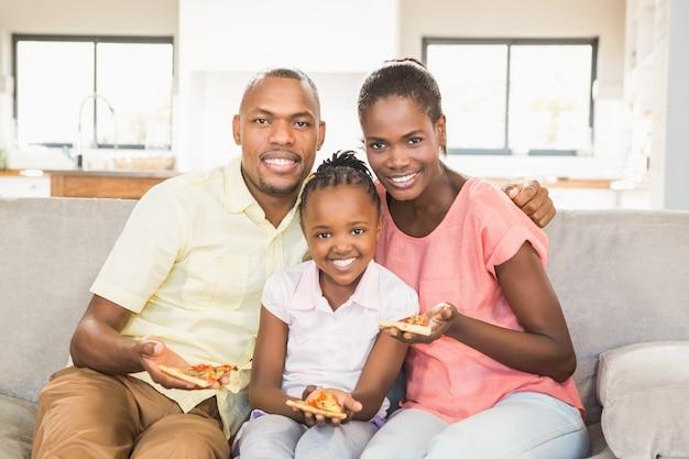 Портрет семьи из трех смотрящих телевизор