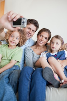 자신의 사진을 복용하는 가족의 초상