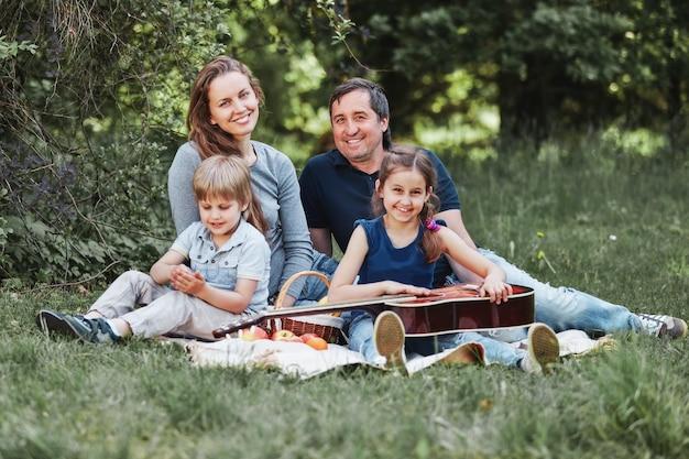 일요일에 피크닉에 두 아이와 함께 가족의 초상화