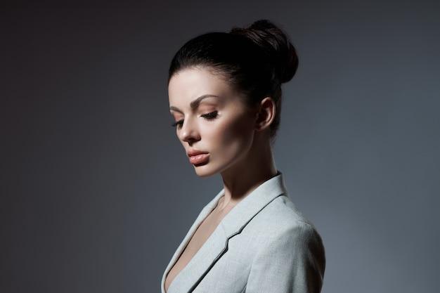 포즈를 취하는 패션 여자의 초상화