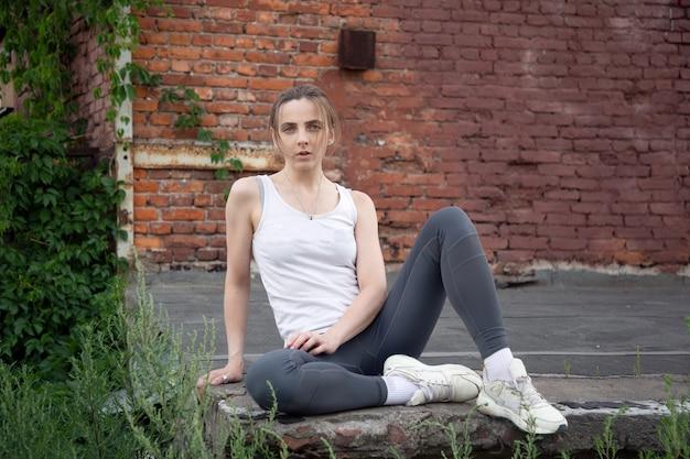 Портрет модной сидящей спортсменки