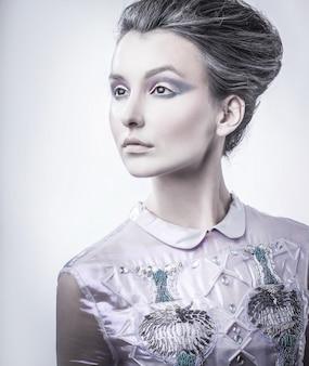 ファッショナブルな髪型を持つファッショナブルな若い女性の肖像画。美容とファッション