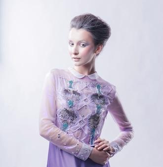 ファッショナブルな髪型を持つファッショナブルな若い女性の肖像画。