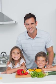 父親と子供の台所での肖像