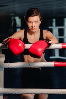 훈련 중 체육관에서 빨간 장갑을 낀 여성 권투 선수의 초상화