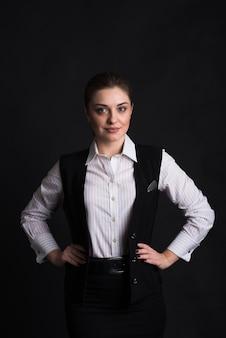 검정색 배경에 스튜디오에서 여성 비즈니스 아가씨의 초상 프리미엄 사진