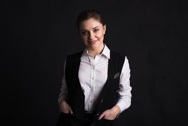 검정색 배경에 스튜디오에서 여성 비즈니스 아가씨의 초상