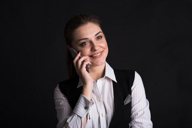 전화 통화하는 여성 비즈니스 아가씨의 초상