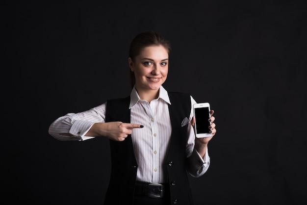 그녀의 스마트 폰 화면에서 손가락으로 가리키는 여성 비즈니스 여성의 초상화