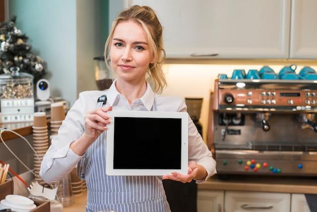 コーヒーショップで空白のスレートを示す女性起業家の肖像画