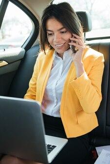 Портрет женщины-предпринимателя, разговаривает по телефону