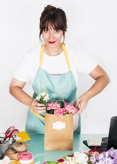 Портрет женщины-флориста с цветочной бумажной сумкой