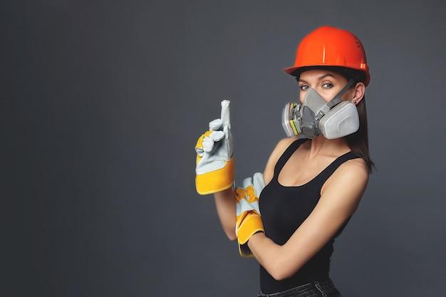 ヘルメットと防毒マスクを持つ女性の肖像画