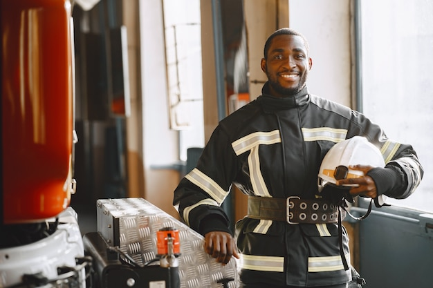 消防車の前に立っている消防士の肖像画