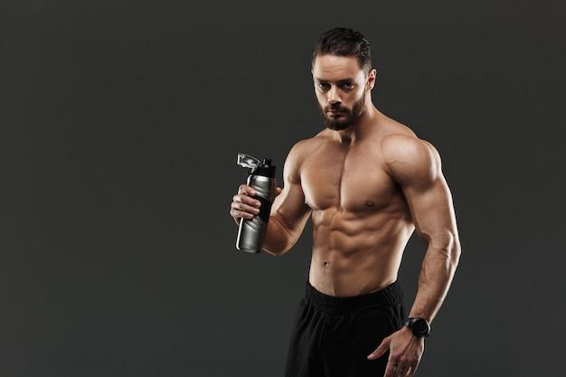 Портрет здорового мускулистого культуриста