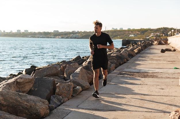 Портрет спортивного спортсмена на бегу