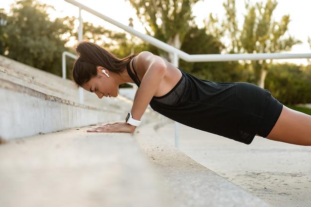 Портрет фитнес женщины в наушниках