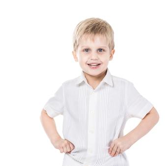 5歳の男の子の肖像画。幸せな子供時代。写真にはテキスト用の空白スペースがあります。