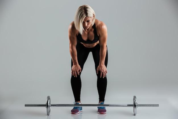 集中した筋肉の大人のスポーツウーマンの肖像画