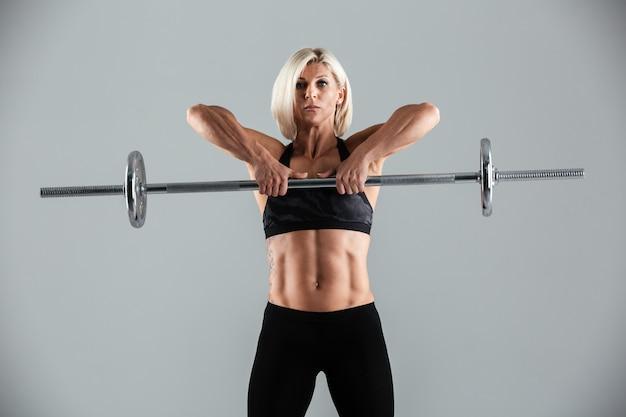 Портрет сфокусированной мускулистой взрослой спортсменки
