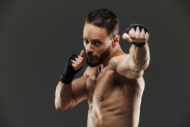 Портрет сфокусированного мускулистого спортсмена по боксу