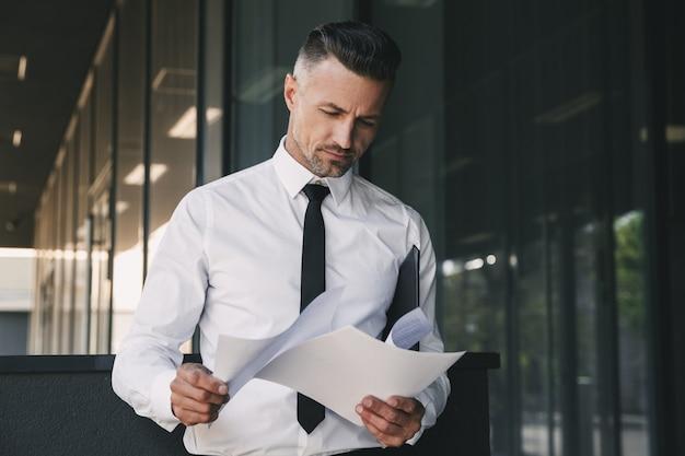 Портрет сосредоточенного молодого бизнесмена
