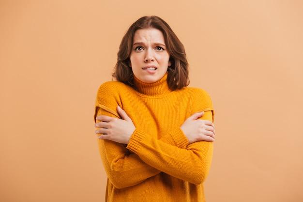 冷凍セーターの若い女性の肖像画