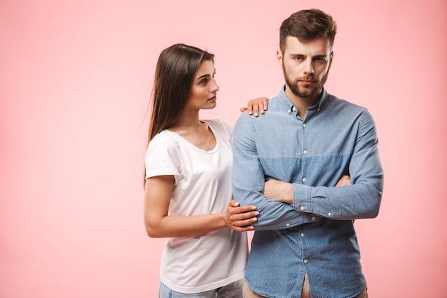 Портрет разочарованной молодой пары, спорящей
