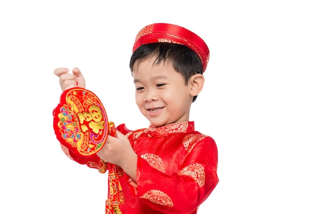 Портрет забавного и увлекательного вьетнамского мальчика с петардами. азиатский ребенок празднует новый год