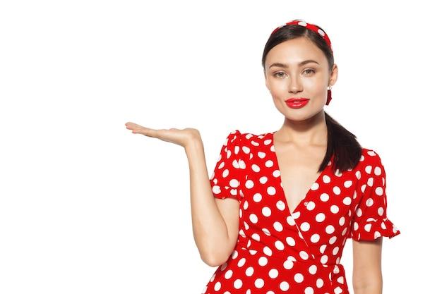 Портрет забавной эмоциональной молодой женщины. стиль пин-ап.